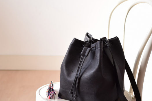 EEN BUCKET BAG IN KURKLEER